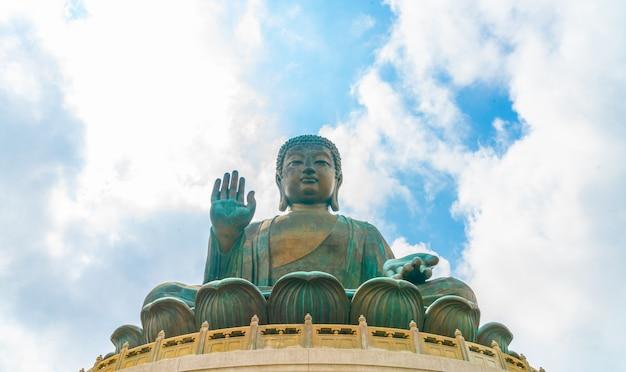 Het reuze standbeeld van boedha in ngong ping, hong kong