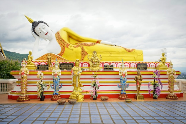 Het reuze standbeeld van boedha in pra die de tempel van doikum in het noorden van chiang mai van thailand