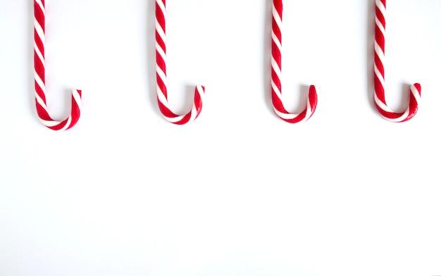 Het rietsuikergoed van kerstmis dat op een witte achtergrond hierboven wordt opgesteld van.