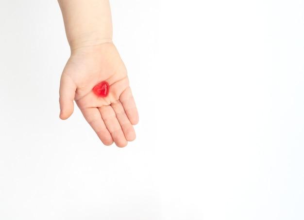 Het rode hart in de hand van het kind. valentijnsdag concept.