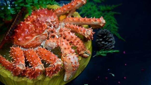 Het rode japanse voedsel van koningskrab op zwarte lijst, selectieve nadruk.