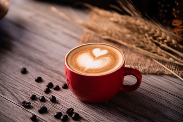 Het rode koffieglas rust op houten vloer. concept stilleven