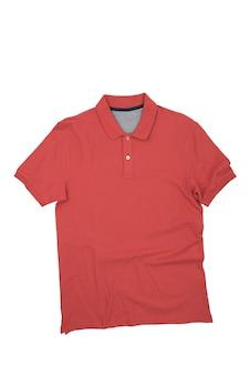 Het rode shirt is op een witte achtergrond, geïsoleerd. lay-out, mockup, plaats voor het label.