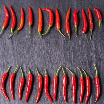 Het rode verse patroon van de spaanse peperpeper op zwarte achtergrond.