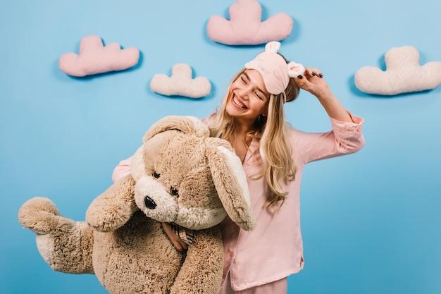 Het romantische vrouw stellen met stuk speelgoed konijn