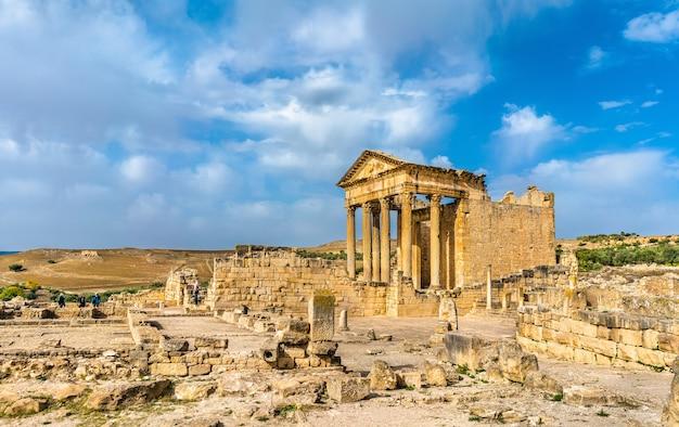 Het romeinse capitool in dougga in tunesië, noord-afrika