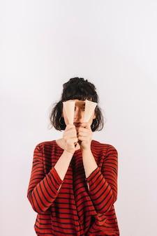 Het roomijskegel van de vrouwenholding voor haar ogen op witte achtergrond