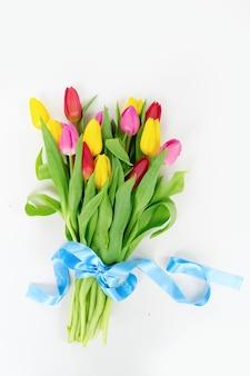 Het roze en violette boeket van tulpenbloemen over witte achtergrond