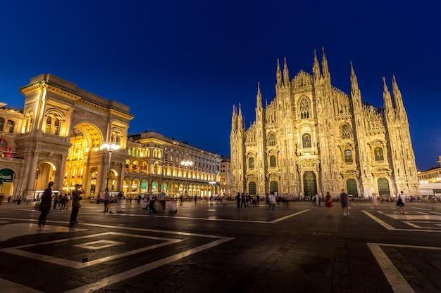 Het ruime stadsplein van milaan, de piazza del duomo, is genoemd naar de enorme kerk die er op uitkijkt. tegenwoordig is het plein een centrale ontmoetingsplaats, de thuisbasis van veel van de belangrijke gebouwen van de stad.