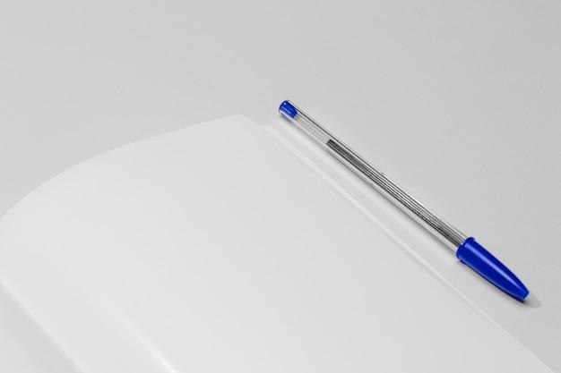 Het ruimteboek van het close-upexemplaar met pen