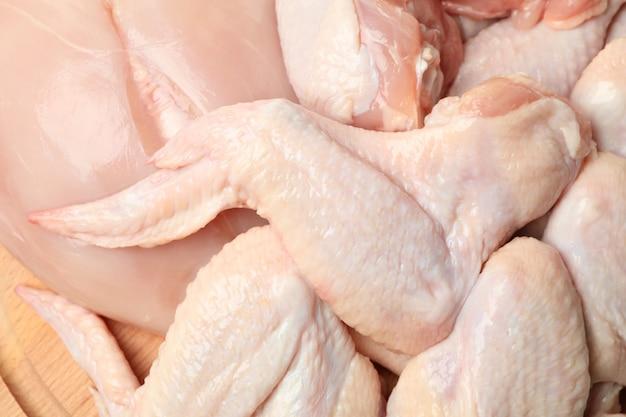 Het ruwe kippenvlees op geheel, sluit omhoog