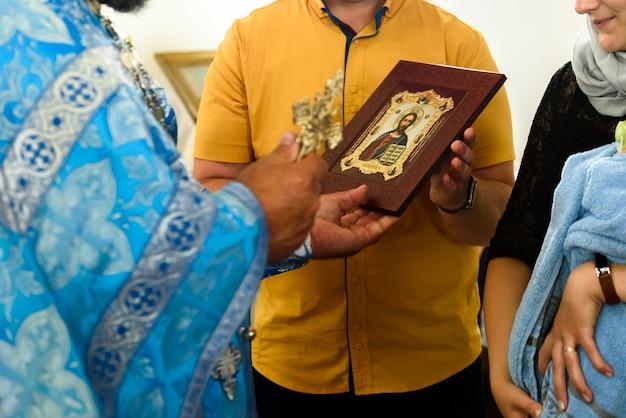 Het sacrament van de doop. orthodoxe doop. priester met rituele attributen.