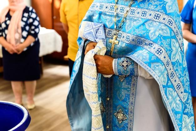 Het sacrament van de ritusdoop van een kind in een orthodox-christelijke kerk.