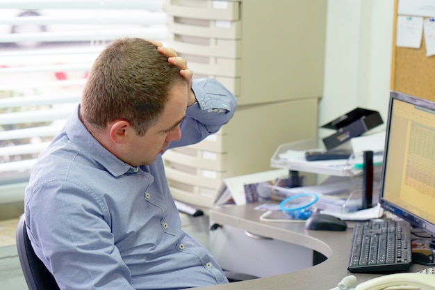 Het samengestelde beeld van zakenman beklemtoonde uit op het werk