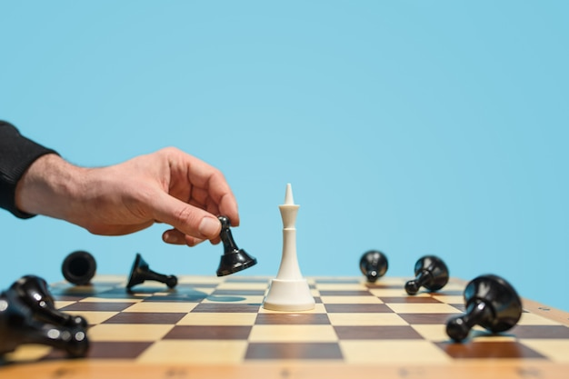 Het schaakbord en het spelconcept van zakelijke ideeën en concurrentie.