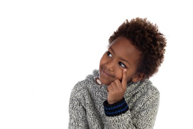 Het schattige afro-amerikaanse kind denken