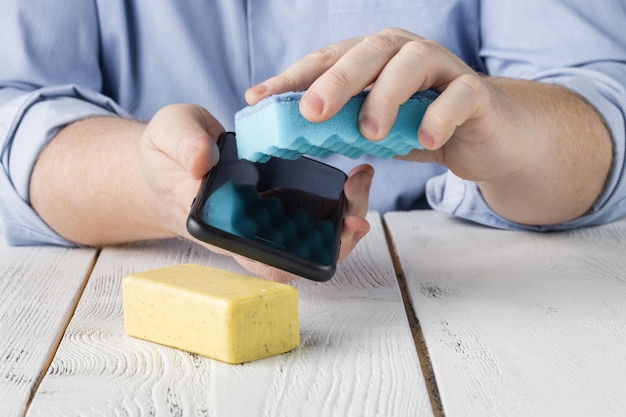 Het scherm van haar smartphone schoonmaken