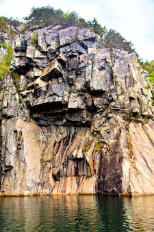 Het schilderachtige landschap rotsen, bomen en zee