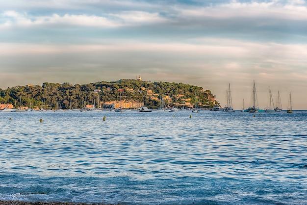 Het schilderachtige strand van mariniãƒâ¨res, villefranche-sur-mer, pittoreske stad in de regio provence-alpes-cãƒâ´te d'azur aan de franse rivièra