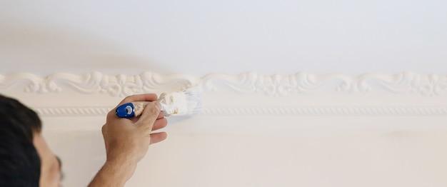 Het schilderen van baguettes reparatiewerk. selectieve aandacht. interieurs object