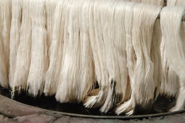Het schilderen van draden en garens. verven van afgewerkt garen