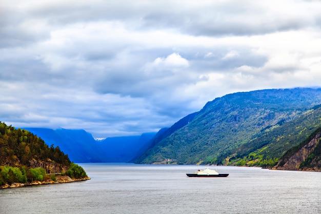 Het schip op de noordzee op fjordachtergrond