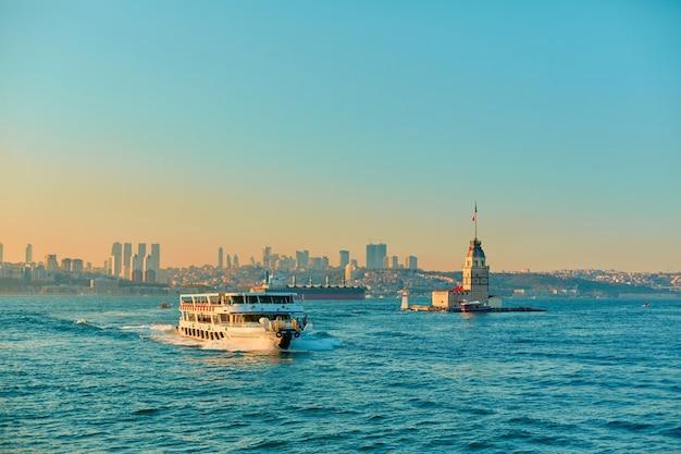 Het schip vaart bij zonsondergang op de bosporus in istanbul