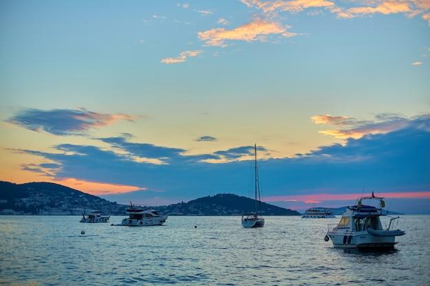 Het schip vaart bij zonsondergang op de bosporus in istanbul.