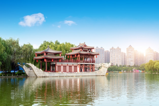 Het schip-vormige gebouw in het park, xi'an, china.