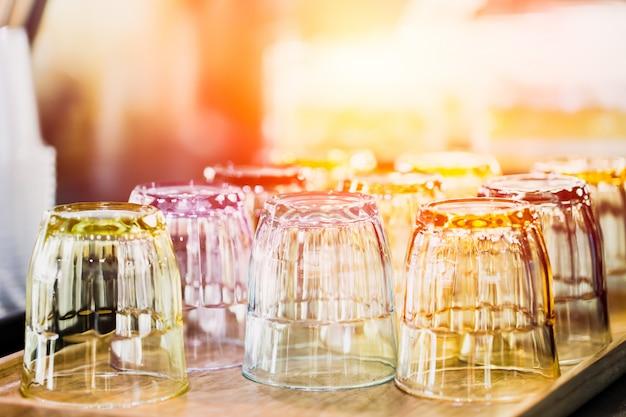 Het schone glas voor water het drinken dient in barrestaurant