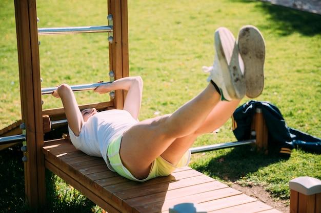 Het schoolmeisje dat van de tiener bij sportsground uitwerkt