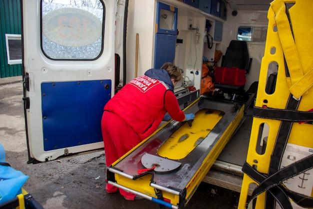 Het schoonmaken van de ambulance na de oproep. 06.03.2021 kiev. oekraïne