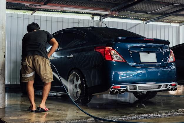 Het schoonmaken van de auto (car detaillering) bij car care winkel