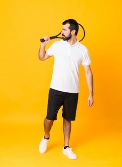 Het schot van gemiddelde lengte van de mens over geïsoleerd geel speeltennis