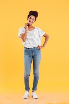 Het schot van gemiddelde lengte van vrij het afrikaanse dame geïsoleerd glimlachen