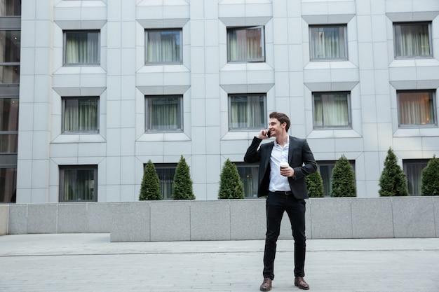 Het schot van gemiddelde lengte van zakenman