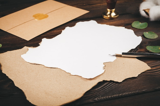 Het schrijven van de groetkaart van de vakantie uitstekende stijl op houten lijst, exemplaarruimte