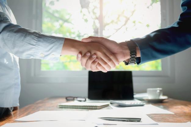 Het schudden van de hand na vergadering eindigt op kantoor