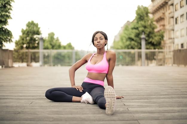 Het sexy afro-meisje uitrekken zich