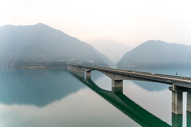 Het sfeervolle uitzicht op een brug in china