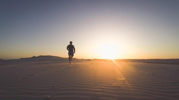 Het silhouet van de mens de natuur openlucht kust