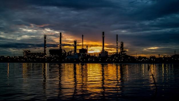 Het silhouet van een raffinaderij in sunrise