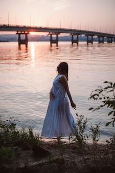 Het silhouet van een vrouw die danst bij zonsondergang levensstijl fulllength portret van een dansende jonge vrouw i...