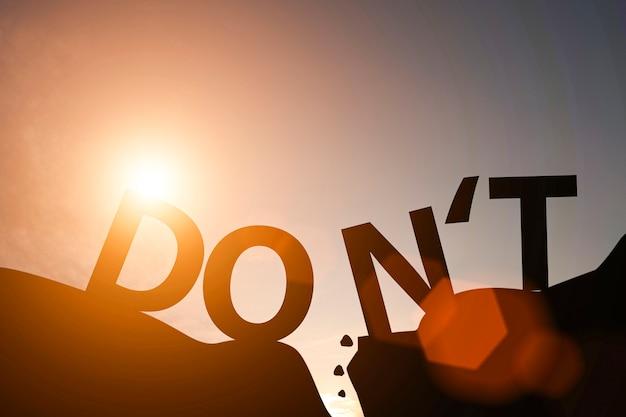 Het silhouet van verwoordt niet en verwoordt op berg. mindset voor loopbaangroei.