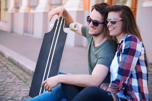 Het skaterpaar oefent graag op straat