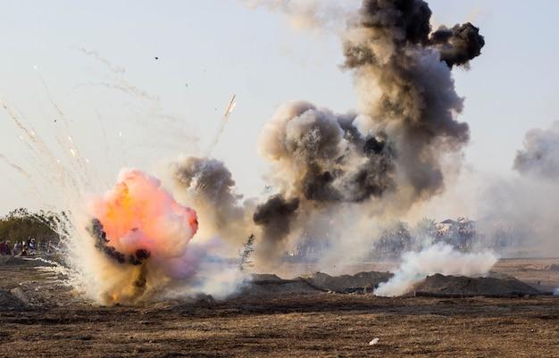 Het slagveld met explosies van granaten en bommen, rook