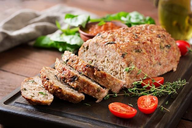 Het smakelijke eigengemaakte grond gebakken gehaktbrood van turkije op houten lijst.
