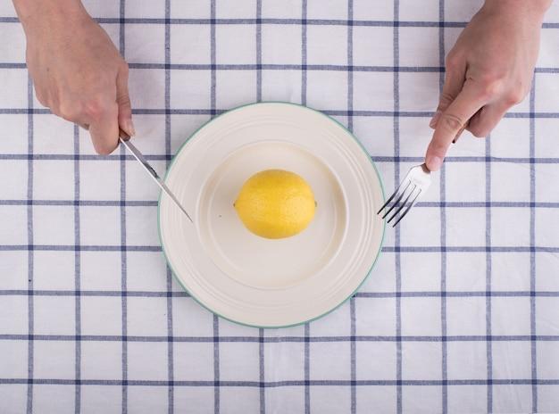 Het snijden van een citroen