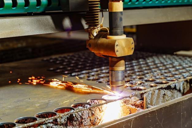 Het snijden van plaatwerkproces in fabriek.
