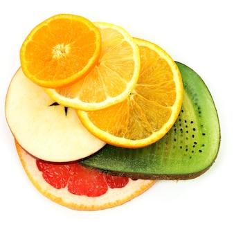 Het snijden van verschillende vruchten op witte achtergrond. gezond en vitamine eten